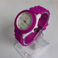 Женские кварцевые  часы  с силиконовым ремешком фиолетового цвета.