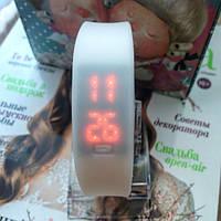 Спортивные женские силиконовые часы белые