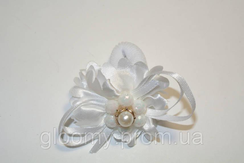Белая резинка для волос с украшкнием
