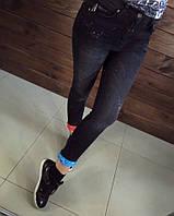 Женские джинсы с яркими разноцветными подворотами