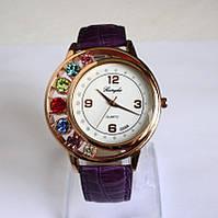 Оригинальные часы с разноцветными камнями, сиреневый ремешок.