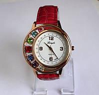 Оригинальные часы с разноцветными камнями и красным ремешком.