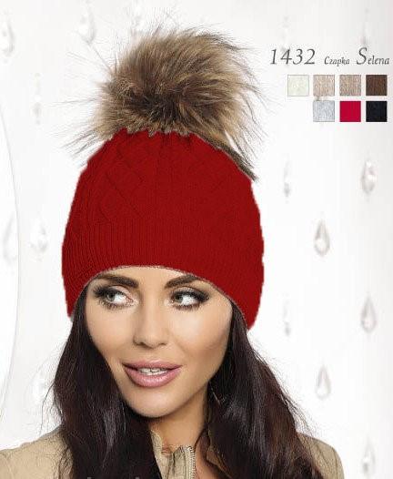 Красивая теплая вязаная женская шапка, украшенная мехом.