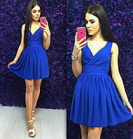 Стильное платье с глубоким декольте