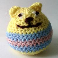 Вязаная игрушка котик желто-голубой