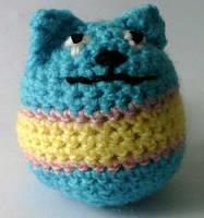 Вязаная игрушка котик сине-желтый.