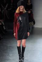 Платье Victoria Beckham черного цвета с портретным принтом KM70532