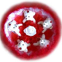 Букет из мягких игрушек Мишки с красным лебединым пухом
