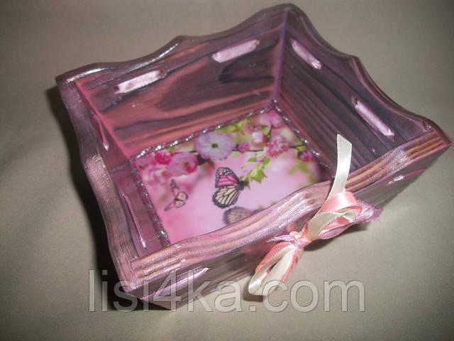 Деревнная розовая конфетница с серебрением и нежным рисунком