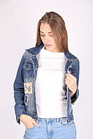 Женский джинсовый пиджак с нашивками