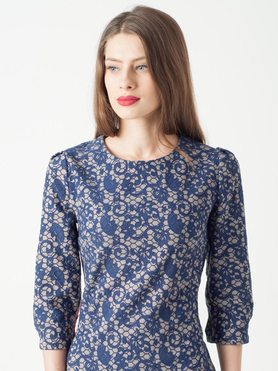 Серое женское платье с цветочным узором