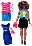 Набор Barbie Модница с одеждой, мулатка в очках и джинсовой жилетке, Barbie, Mattel