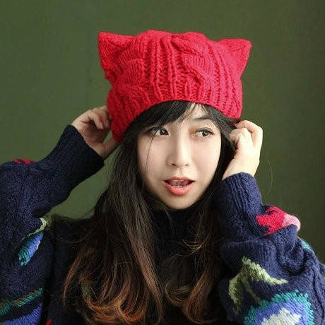 Женская вязаная шапка с ушками