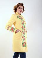 Желтое пальто с цветочной вышевкой