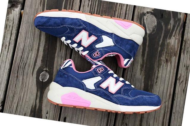 На фото женские кроссовки New Balance 580 синего цвета
