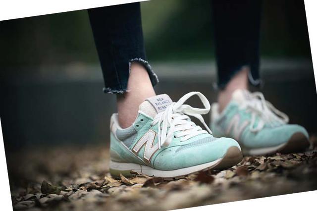 На фото бежевые женские кроссовки Нью Баланс 996