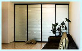 Гардеробная комната в нише. Фасад идеально подходит в спальню, т.к. не отражает комнату вокруг себя.