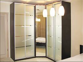 Угловой шкаф в прихожую. Из-за небольшой глубины займет немного места в вашем коридоре.