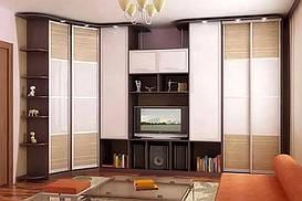 Сочетание прямых шкафов с ТВ шкафом, во главе, которых стоит угловой шкаф не большой глубины. Хороший вариант в гостинную.