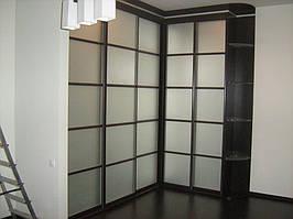 Угловое решение прямых шкафов-купе. Фасады зеркало сатин с применением разделителей.