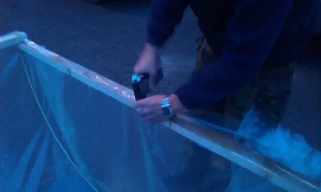 С помощью степлера закрепляем пленку к брускам каркаса.