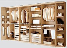 Гардеробная комната без фасадов. Для обладателей отдельного помещения для ее воплощения.