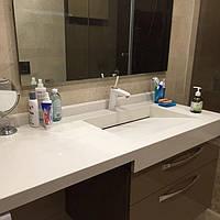 Современная столешница в ванную комнату из кварцита