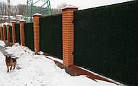 Зеленый забор с основой из металлической рамы и оцинкованой сетки рабица