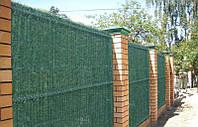 Зеленая изгородь с основой из секционной сетки с ПВХ покрытием.
