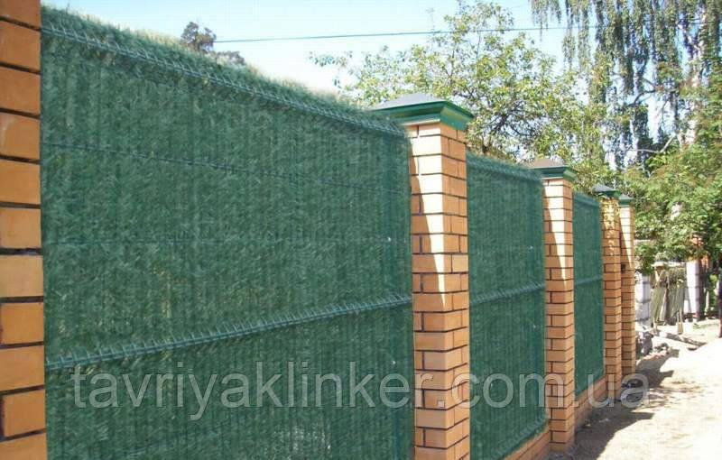 Зеленый забор с основой из секционной сетки с ПВХ покрытием.