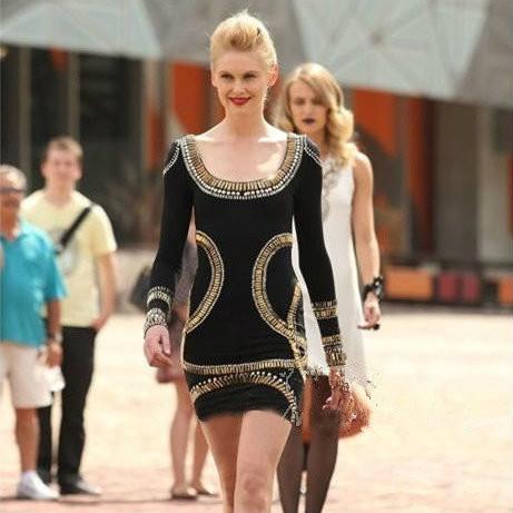 Модное женское платье с золотыми узорами