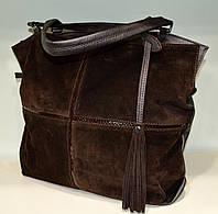 Большая коричневая замшевая сумка через плечо.