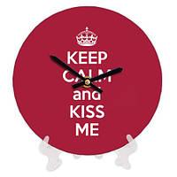 Часы круглые из дерева с принтом Kiss me 18 см