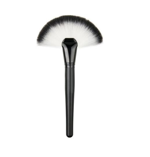 Большая веерная кисть для макияжа с черно - белым ворсом