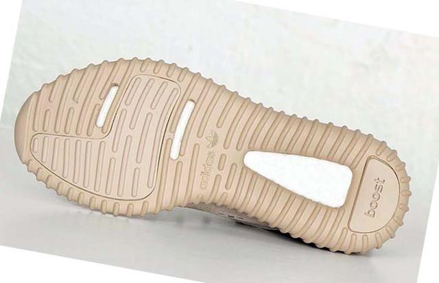 На фото подошва мужских кроссовок adidas yeezy 350 boost