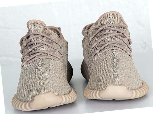 На фото бежевые мужские кроссовки адидас yeezy 350 boost