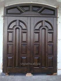 Деревянные входные двери в дом