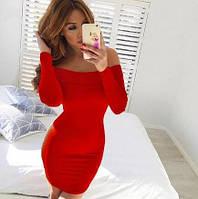 Платье со спущенными плечами красное