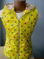 Яркая детская жилетка в сердечках желтого цвета