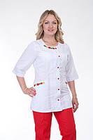 Бело-красный женский медицинский костюм с вышивкой