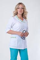 Бело-зелений медицинский костюм на пуговицах, с вышивкой