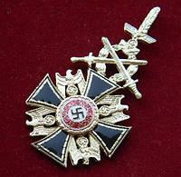 Германский орден с золотыми дубовыми листьями и мечами.