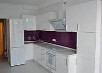 Угловая белая кухня с белой техникой