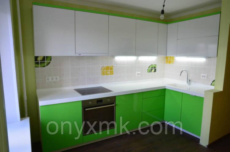 Угловая кухня в сочетании зеленого с белым