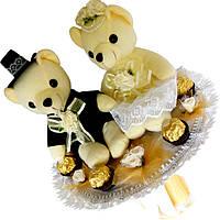 Букет из мягких игрушек Мишки Жених и невеста с конфетами Ferrero rocher