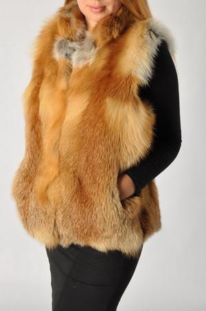 Жилеты, шубки, пальто из меха лисы.