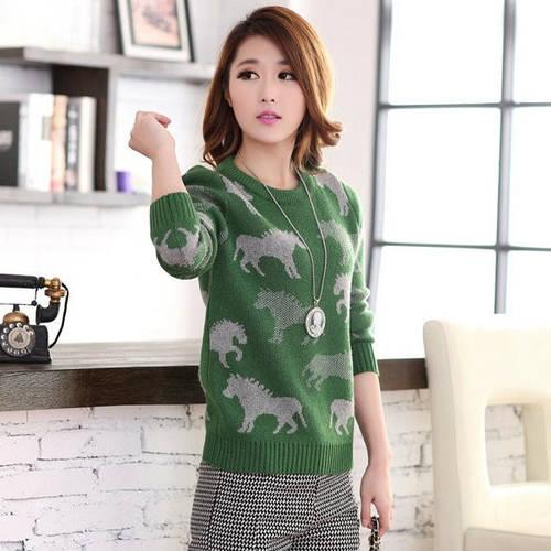 Женский свитер с лошадями