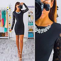 Модное трикотажное платье с гипюровыми рукавами и фурнитурой, черное