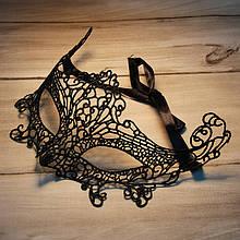 Черная маска из кружев