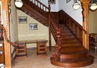 Монтаж деревянных лестниц. Лестницы деревянные под заказ. Изготовление лестниц
